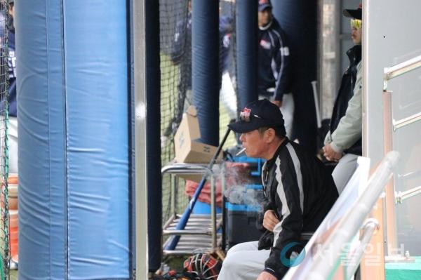 (고영준 박승연 기자) 15일 충청북도 보은군 스포츠테마파크야구장에서 열린 2018 KUSF 대학야구 U-리그 한국대학야구연맹 재능대와 호원대의 경기에서 재능대 야구부 관계자가 덕아웃에서 흡연을 하고 있다.