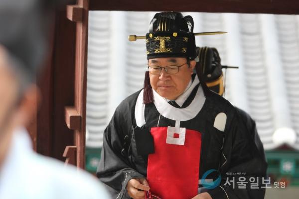 종헌관 김정환 세종경찰서장이 문을 통해 입장하고 있다.(사진=송승화 기자)