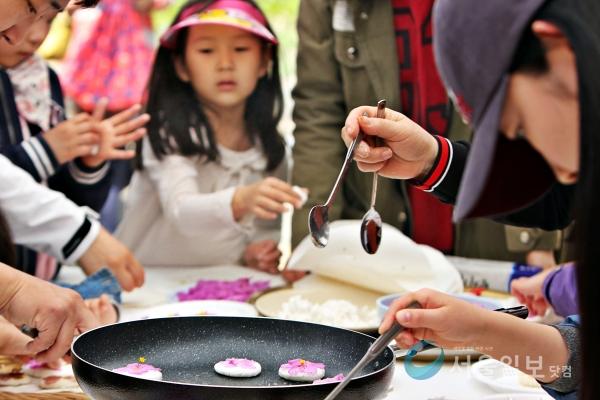 세종시 연기향교에서 13일 열린 '화전놀이' 행사에서 한 어린이가 진달래 꽃을 이용 전을 부치고 있다.(사진=송승화 기자)