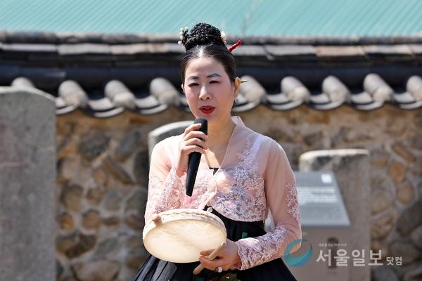 윤정숙 국가무형문화재 선소리 산타령 이수장가 선소리에 대해 설명하고 잇다.(사진=송승화 기자)