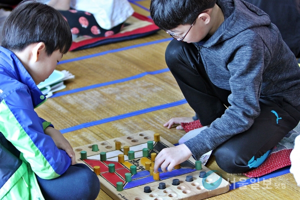 조선시대 양반들이 즐기던 고누놀이를 학생들이 하고 있다.(사진=송승화 기자)