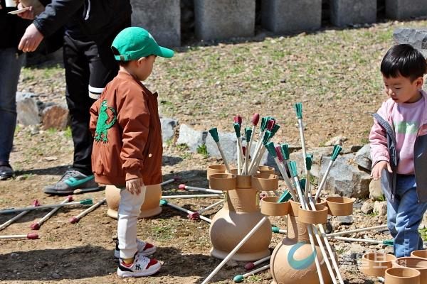 투호 놀이를 어린이들이 즐기고 있다.(사진=송승화 기자)